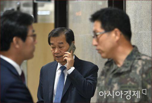 [포토]통화하는 황인무 국방부 차관