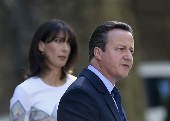▲데이비드 캐머런 영국 총리가 24일(현지시간) 부인이 지켜보는 가운데 총리 공관 앞에서 브렉시트 결정에 대한 성명을 발표하고 있다(AP=연합뉴스)