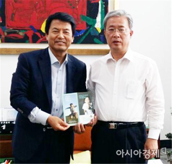 제20대 국민의당 유성엽 국회의원(오른쪽)이 부안군 나누미근농장학재단 정기후원회원(CMS)에 가입했다.