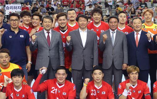 ▲최태원 SK회장(두번째줄 왼쪽으로부터 세번째)이 남자핸드볼 국대대표 선수들과 기념사진 촬영을 하고 있다.