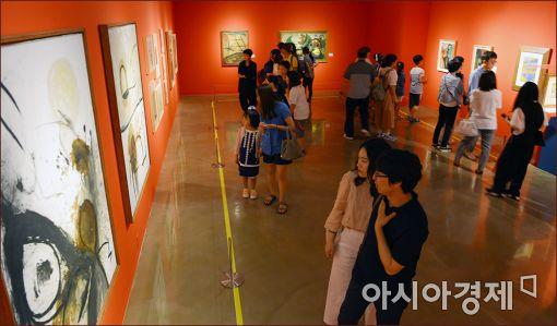 시민들이 세종문화회관에서 진행되고 있는 '꿈을 그린 화가 호안미로 특별展'을 보고 있다.