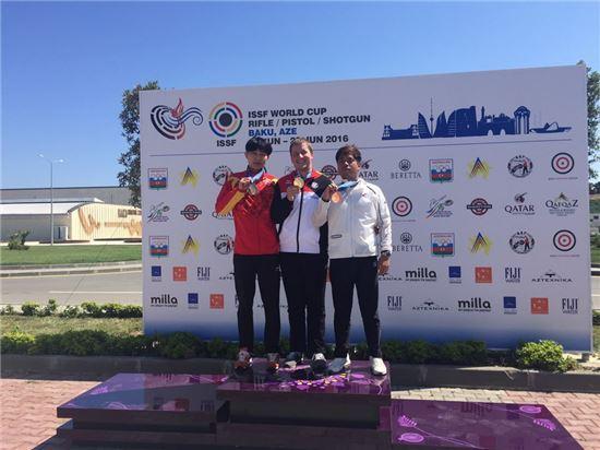 강민수(맨 오른쪽)가 아제르바이잔 바쿠에서 열린 국제사격연맹(ISSF) 월드컵 남자 25m 속사권총에서 동메달을 따고 시상대에 섰다. ISSF 공인 국제대회 첫 입상이다. [사진=대한사격연맹 제공]