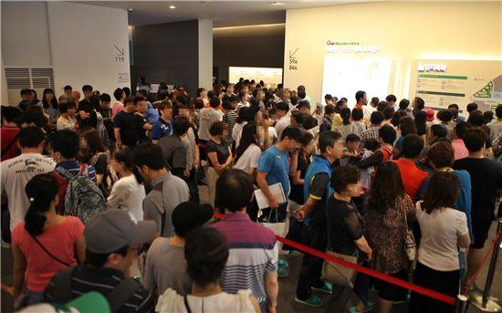 '김해 율하2지구 원메이저' 견본주택이 청약 상담 순서를 기다리는 방문객들로 붐비고 있다.