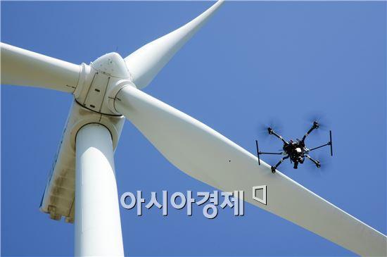 니어스랩의 드론이 풍력발전기 안전점검에 활용할 기초데이터를 수집하고 있다.