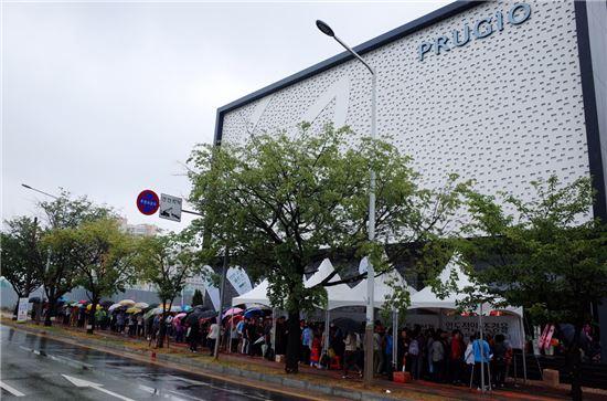 지난 24일 비가 내리는 날씨에도 불구하고 '평택 비전 3차 푸르지오' 견본주택에 입장하기 위해 방문객들이 줄지어 대기하고 있다.