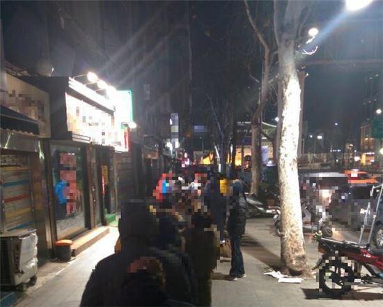 지난 2014년 2월 11일 서울 동대문 일대 휴대폰 판매점 앞에 긴 줄이 서있는 모습. 당시 이동통신사들은 야간 연장 영업을 진행, 아이폰5s를 10만원에 판매했다.(사진= 뽐뿌 등 온라인 커뮤니티)
