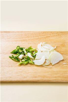 2. 양파는 굵게 채 썰고 청양고추, 대파는 어슷하게 썬다.