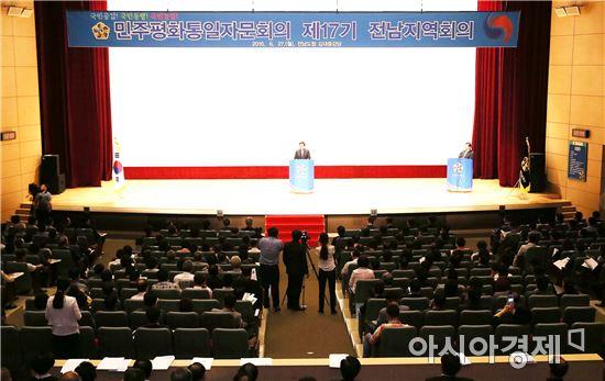 이낙연 전남지사가 27일 도청 김대중강당에서 열린 제17기 민주평통자문회의 전남지역회의에서 인사말하고 있다.