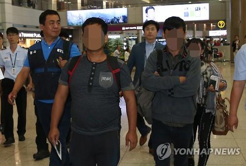 광현 803호에 승선한 외국인 선원들. 사진=연합뉴스