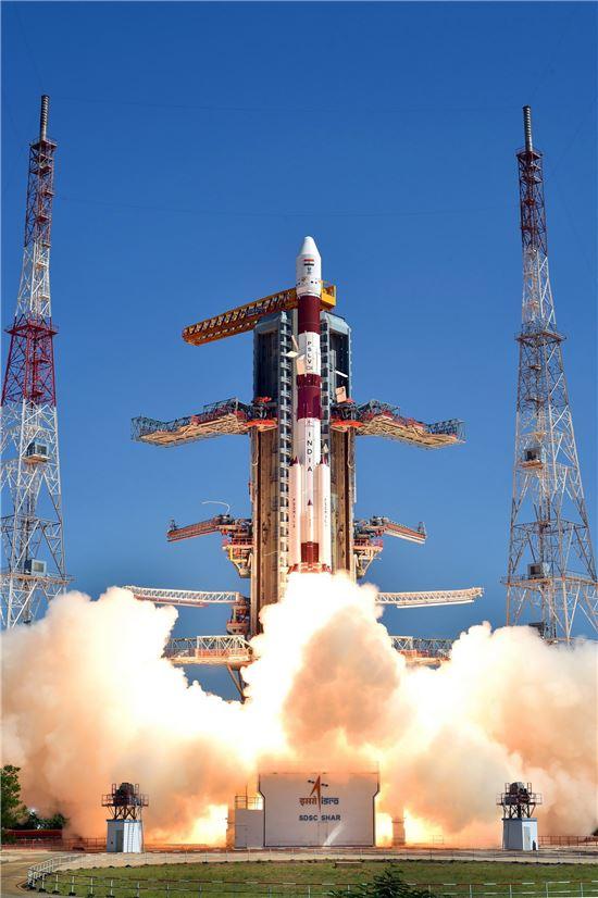 지난 22일(현지시간) 인도 남부 안드라프라데시주(州) 스리하리코타우주센터에서 위성 20기를 탑재한 로켓 'PSLV C34'가 발사되고 있다. 로켓은 26분 사이 위성 20기 전부를 예정 궤도에 안착시켰다. 스리하리코타우주센터(인도)=EPA연합뉴스