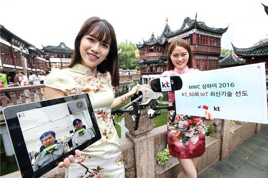 KT는 오는 29일부터 7월 1일까지 3일간 중국 상하이에서 열리는 'MWC상하이 2016'에 참가한다고 28일 밝혔다. 사진은 KT 모델들이 상하이 현지에서 MWC 상하이 2016 참가를 홍보하는 모습.(사진=KT)