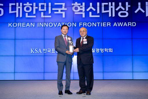 조성제 에몬스가구 사장(왼쪽)이 백수현 한국표준협회장으로부터 인증패를 수여받고 있다.