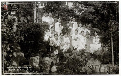 사진 = 명월관 정원에서 포즈를 취하는 기생들 모습