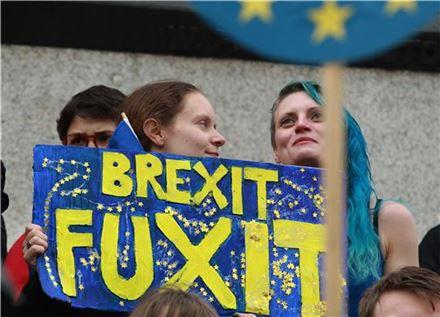 런던 중심가 트라팔가 광장에서 시위대들이 브렉시트 결정에 항의하고 있다. (EAP=연합뉴스)