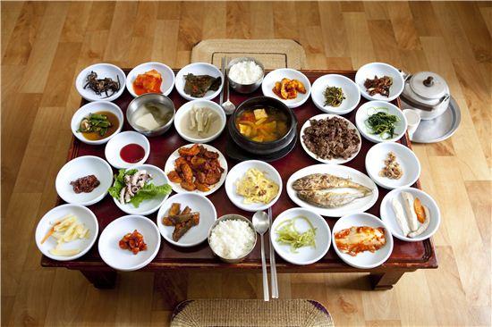 순창 한정식을 대표하는 새집식당의 밥상. 30여 가지의 먹을거리가 동시에 유혹한다.