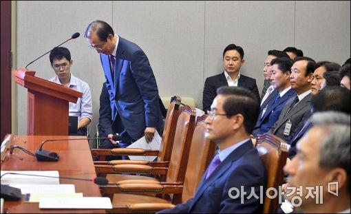 [포토]고개숙인 이원종 대통령 비서실장