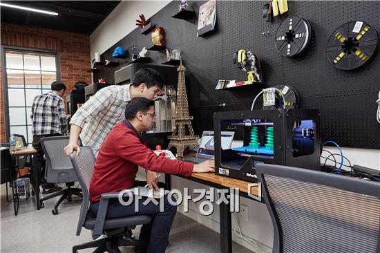 ▲삼성전자 수원 디지털 시티 내 'C랩 존'에서 삼성전자 직원이 3D프린터로 시제품을 제작하고 있다. (제공=삼성전자)