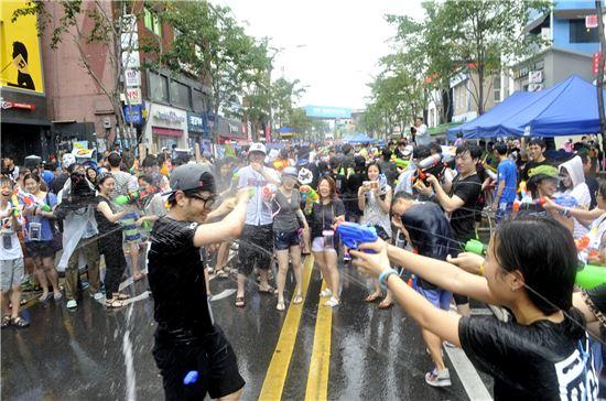 지난해 열린 신촌물총축제 현장 모습.