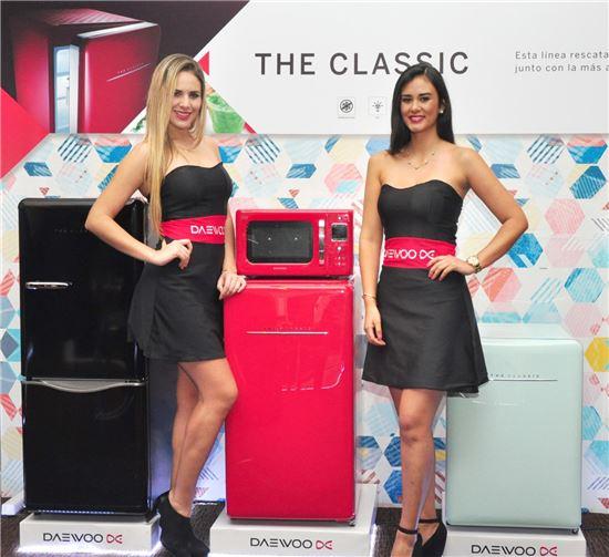 동부대우전자가 지난 3일 페루 리마 웨스틴 호텔 컨벤션 센터에서 진행된 '칠레 2016 신제품 발표회'에서 드더 클래식 냉장고와 전자레인지를 소개했다.