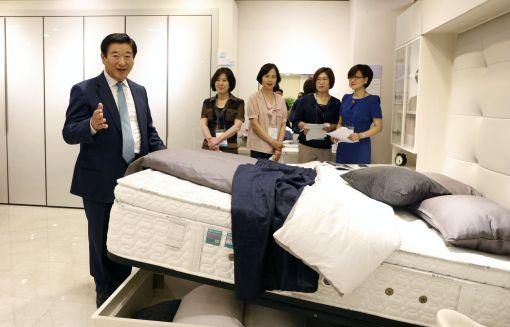 김경수 에몬스 회장이 직접 고객평가단에게 제품을 설명하고 있다.