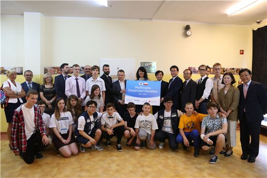 포스코건설은 지난달 25일부터 이달 5일까지 폴란드 크라쿠프시에서 '글로벌 하모니(Global Harmony)' 사회공헌활동을 펼쳤다. 포스코건설과 현지 학교 관계자들이 멀티미디어 기자재 기증식을 마치고 기념촬영을 하고 있다.(제공: 포스코건설)