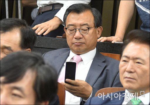 [포토]휴대폰 확인하는 이정현