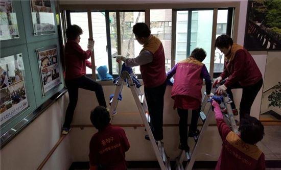 어르신행복주식회사 직원인 어르신들의 청소 서비스