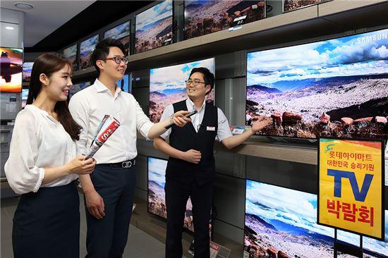 7일 하이마트 대치점에서 고객들이 행사 제품을 살펴보고 있다.