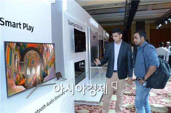 ▲지난 5일 인도 뉴델리에서 개최된 '2016 삼성 SUHD TV 런칭 이벤트를'에서 참가자들이 인도 시장 특화 기능들을 살펴보고 있다. (제공=삼성전자)