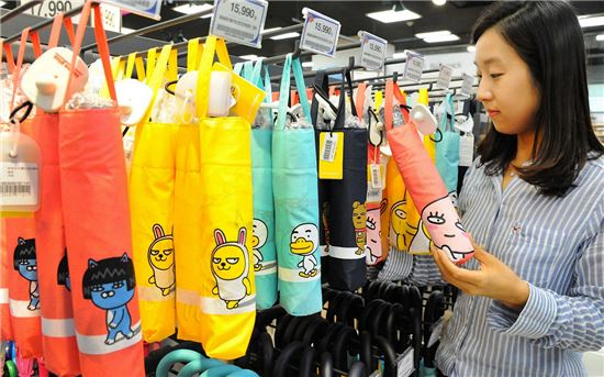 홈플러스, 카카오캐릭터 우산 판매…시중가 대비 30% 저렴