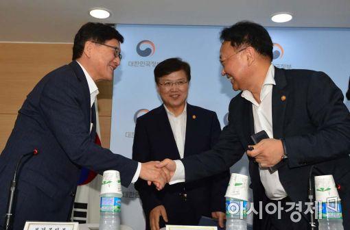 [포토]악수하는 유일호 경제부총리-정진엽 장관