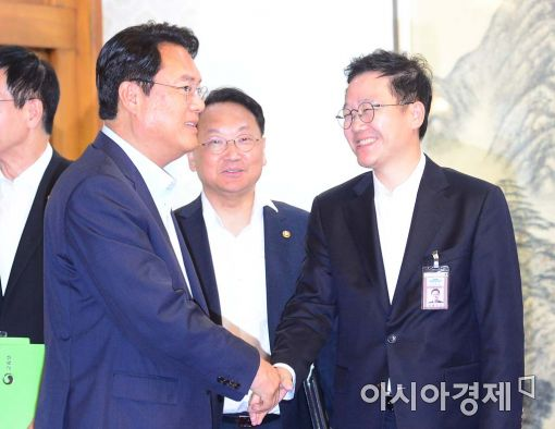 [포토]악수하는 정진석-강석훈