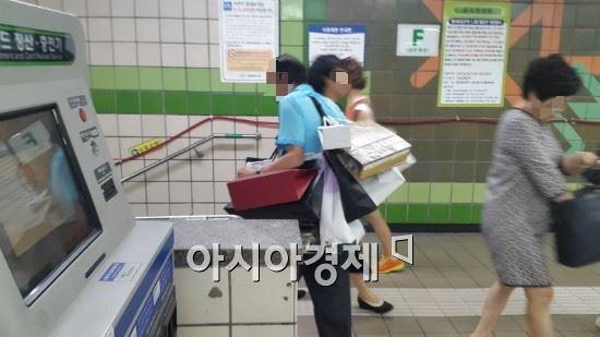 지하철 택배원 황모씨가 열차를 타러 가는 중이다.