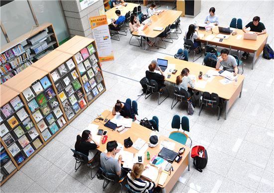 한 대학 도서관에서 대학생들이 시험공부를 하고 있다. 사진은 코로나19 발생 이전에 촬영됐다. (사진은 기사내용과 무관)