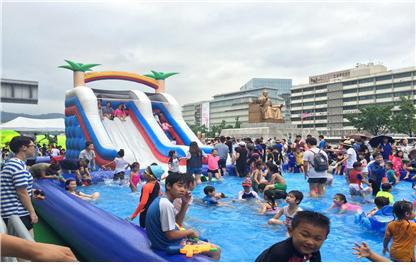 지난해 세종대로 보행전용거리에 마련된 물놀이풀장에서 시민들이 즐거운 시간을 보내고 있다.