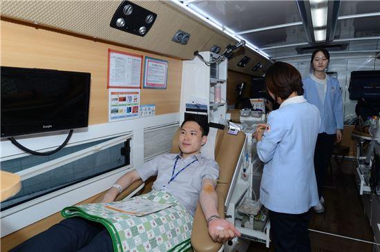 ▲가스공사 직원이 지난 6일 백혈병 환아를 위한 헌혈에 동참하고 있다.