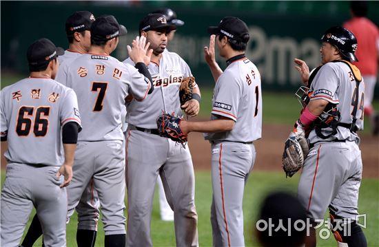 승리를 축하하는 한화 선수단[사진=김현민 기자]