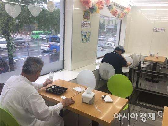 점심시간이 되자 편의점에서 밥을 먹는 노년 혼밥족들이 많았다.