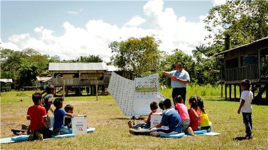 ▲콜롬비아 아마존 밀림에 위치한 따라뽀토 지역의 아이들이 삼성전자 '스마트스쿨 노마드'를 이용해 수업을 받고 있다.