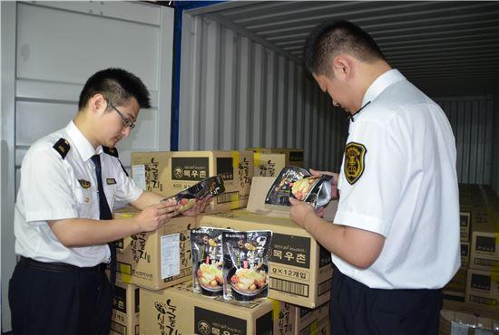 한국농수산식품유통공사(aT)는 7일 중국 상하이 외고교창성검사장에서 삼계탕 수입신고 기념행사를 개최했다.