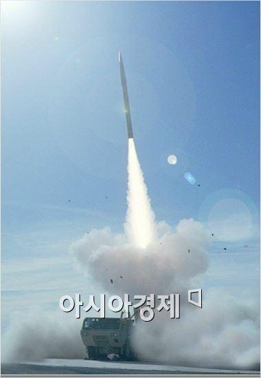 """국방부는 """"한미양국은 북한의 핵ㆍ대량살상무기(WMD)ㆍ탄도미사일 위협으로부터 우리나라와 국민을 보호하기 위한 방어적 조치로 주한미군에 사드체계를 배치하기로 결정했다""""며 """"사드체계가 한반도에 배치되면 제 3국을 지향하지 않고 오직 북한의 핵ㆍ미사일 위협에 대해서만 운용될 것""""이라고 말했다."""