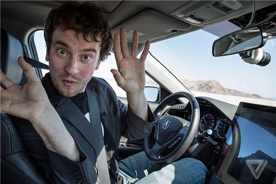 조지 호츠가 자율주행차를 운전하고 있다.(이미지출처:더버지)