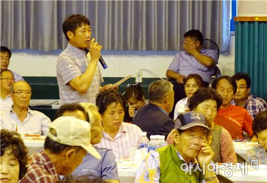민선6기 후반기  '군민과의 만남'에서 한 주민이 건의사항을 말하고있다.
