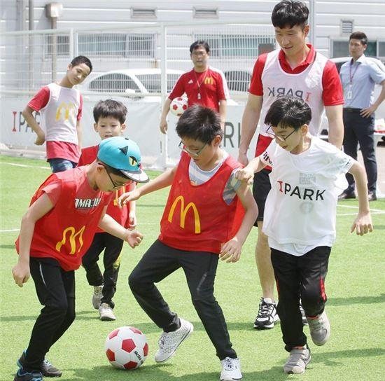 맥도날드, 장애아동 위해 '학교방문 축구교실' 진행