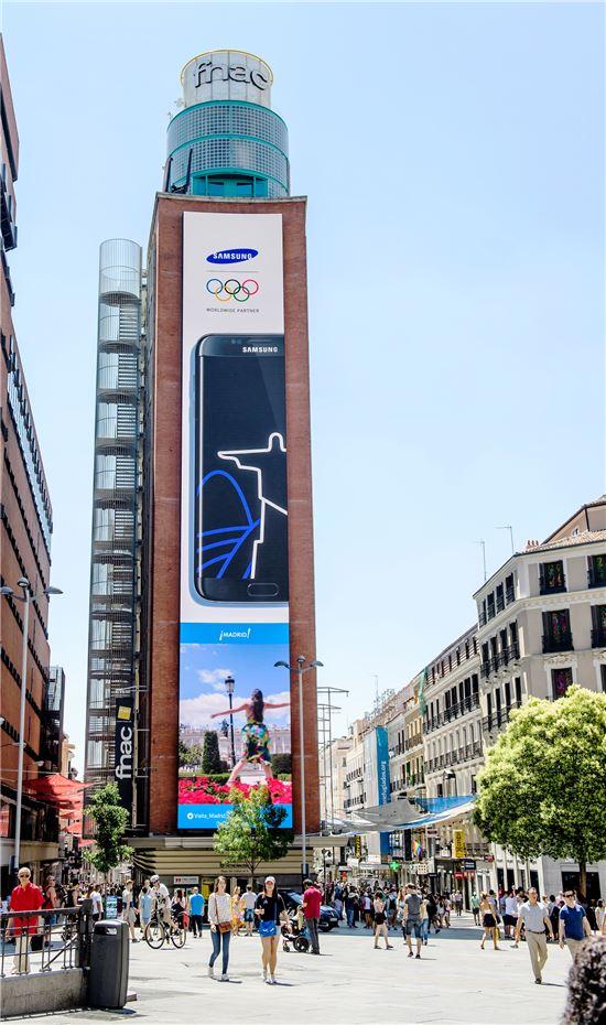 삼성전자가 스페인 마드리드 까야오 광장에 설치한 가로 6m, 세로 37m의 초대형 LED 옥외 전광판.