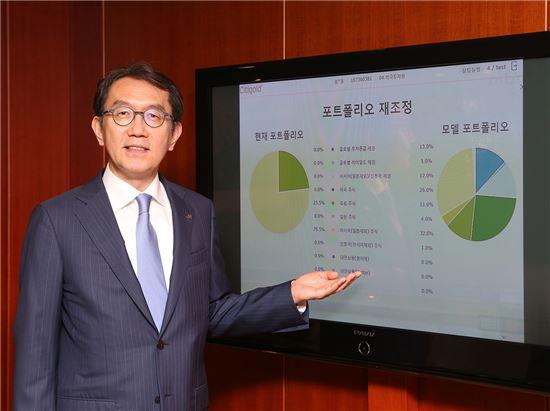 박진회 한국씨티은행장이 11일 서울의 한 지점에서 종합 자산관리 상담 시스템인 TWA(Total Wealth Advisor)를 소개하고 있다. (사진 : 씨티은행)