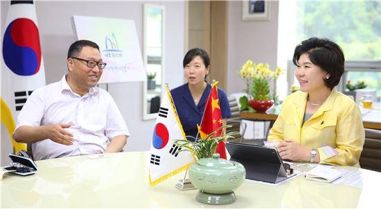 조은희 서초구청장(우 1번째)과 중국 상해시 홍구구 인민정부 조립강(曹立强) 구장(우 3번째)이 11일 서초구청에서 양 지역간 친밀한 문화 예술분야 교류에 대한 이야기를 나누고 있다.