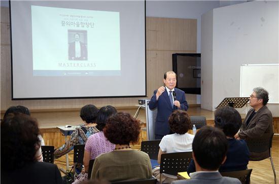 박홍섭 마포구청장이 지난 7일 마포구 도화동주민센터에서 '꿈의마을 합창단' 마스터클래스에 참가해 인사말을 하고 있다.