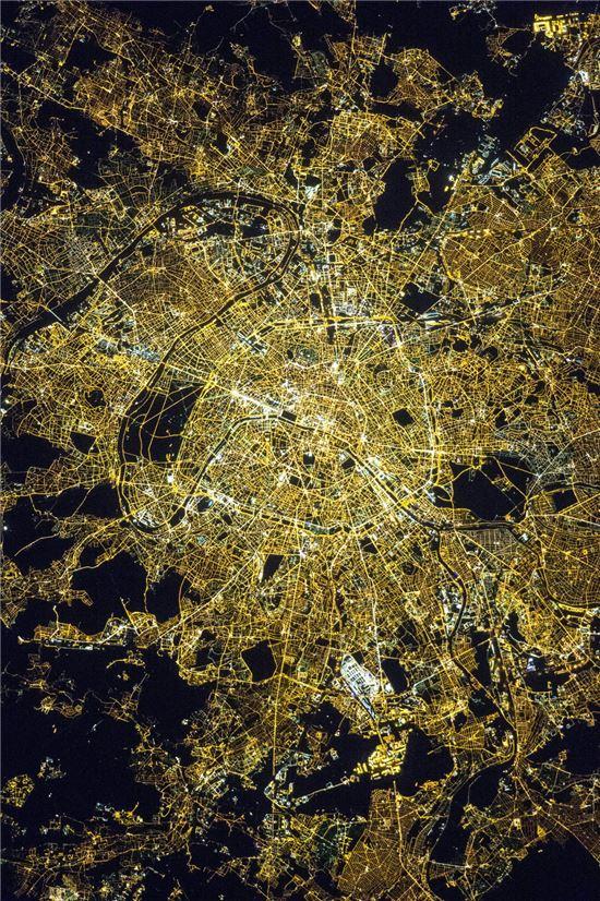 ▲국제우주정거장에서 촬영한 '빛의 도시' 파리.[사진제공=NASA]