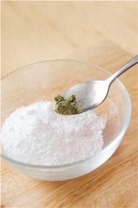 1. 찹쌀가루 1/2컵에 가루 녹차, 소금을 약간 넣어 익반죽하여 작은 크기로 동글동글하게 빚는다.